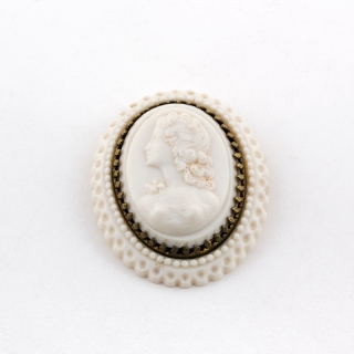 White cameo brooch ca. 1820